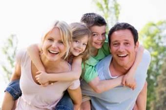 仲の良い家族のイメージ画像