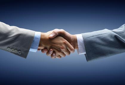27-14_スーツで握手するビジネスパーソン